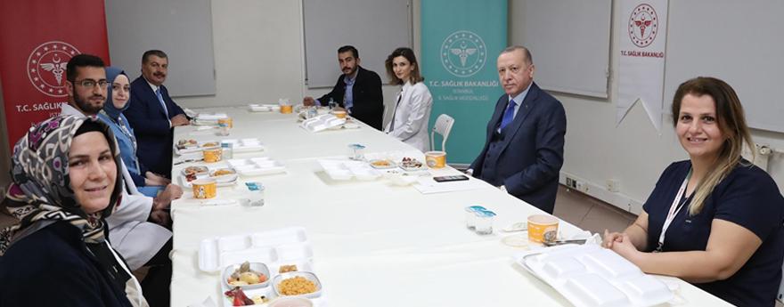 Cumhurbaşkanı Erdoğan, Sağlık Çalışanlarıyla İftarda Bir Araya Geldi
